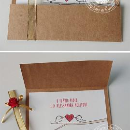 Convite de noivado rustico com papel craft, fita dourada e flor